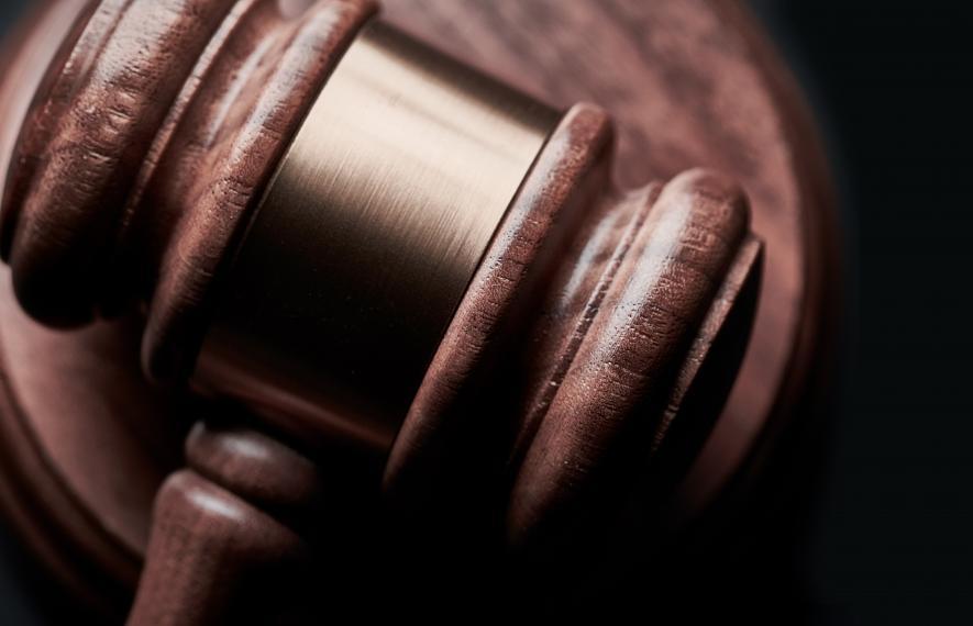 Un avocat en commis d'office représenté par le marteau de justice