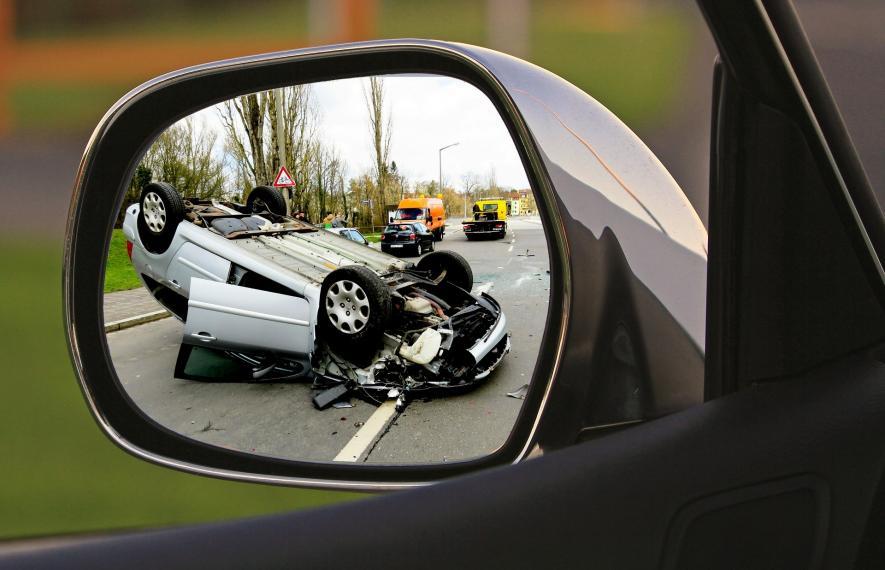 rétroviseur dans lequel on aperçoit une voiture accidentée laissant penser à un délit de fuite