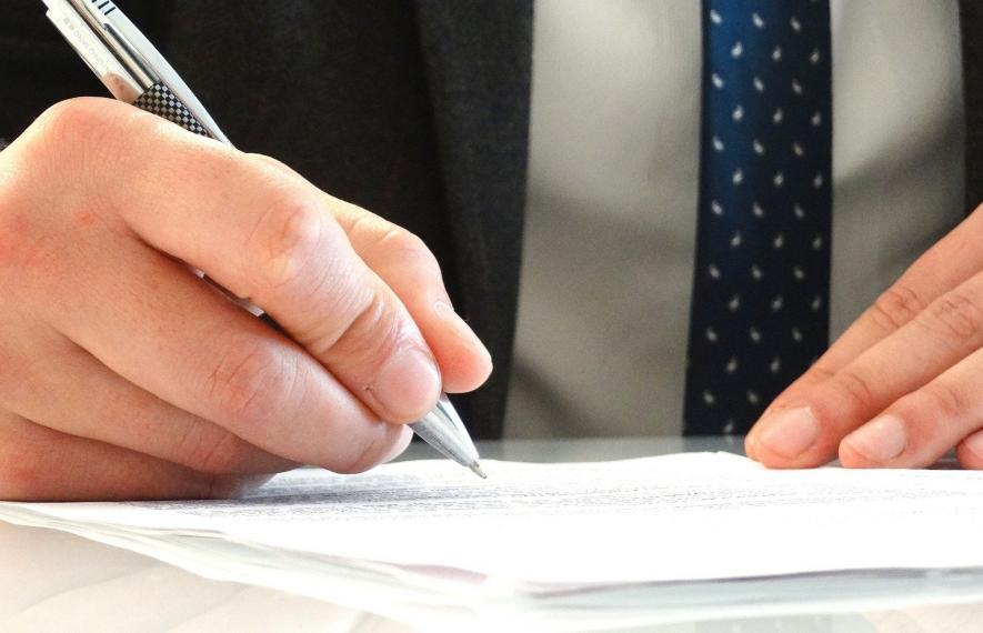 Comment changer d'avocat ? Visuel avec deux mains d'un spécialiste au-dessus de document